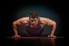 Exercício atlético do homem novo Imagem de Stock