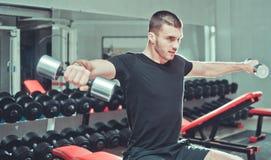 Exercício atlético do homem novo imagens de stock royalty free