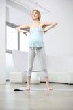 Exercício atrativo da mulher gravida Fotografia de Stock