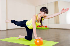 Exercício bonito da aptidão da rapariga Foto de Stock Royalty Free