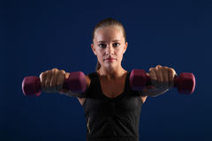 Exercício bonito da força da mulher com pesos Fotografia de Stock Royalty Free