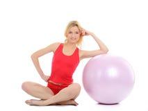 Exercício bonito da mulher da aptidão com esfera dos pilates fotos de stock