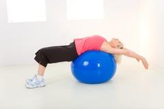 Exercício com esfera da aptidão fotografia de stock