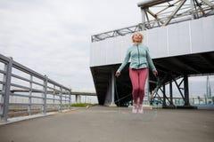 Exercício com saltar-corda fotografia de stock