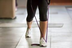 Exercício com uma faixa da resistência Fotografia de Stock Royalty Free