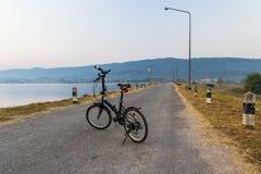 Exercício da bicicleta na manhã Imagens de Stock