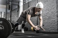 Exercício da flexão de braço no gym fotos de stock royalty free