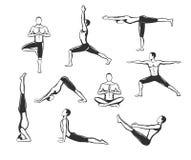 Exercício da ioga Silhuetas de um homem na árvore, Sirsasana, barco, guerreiro um, dois, três, para baixo e cão ascendente do rev Foto de Stock Royalty Free