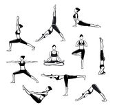 Exercício da ioga Silhuetas de uma mulher na árvore, Sirsasana, barco, guerreiro um, dois, três, para baixo e cão ascendente do r Fotografia de Stock Royalty Free