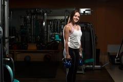 Exercício da jovem mulher com KettleBell Foto de Stock
