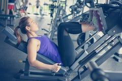 Exercício da jovem mulher no gym fotos de stock