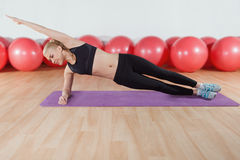 Exercício da jovem mulher no gym Fotografia de Stock