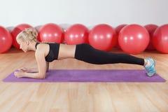 Exercício da jovem mulher no gym Imagem de Stock Royalty Free