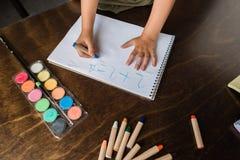 Exercício da matemática da escrita da criança foto de stock royalty free