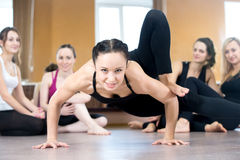 Exercício da menina do iogue, fazendo o pino impulso-UPS foto de stock