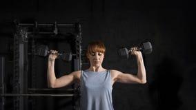 Exercício da mulher da aptidão com peso fotos de stock