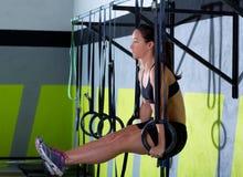 Exercício da mulher do anel do mergulho de Crossfit no mergulho do gym Fotografia de Stock