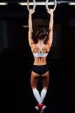 Exercício da mulher do anel do mergulho no exercício de mergulho do gym Foto de Stock