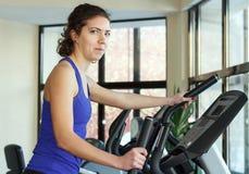 Exercício da mulher do Gym Fotos de Stock