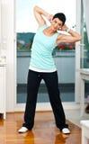 Exercício da mulher em sua HOME imagens de stock