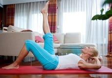 Exercício da mulher em sua HOME imagens de stock royalty free