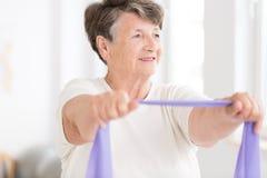 Exercício da mulher mais idosa imagens de stock royalty free