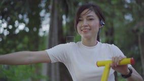 Exercício da mulher na máquina elíptica da aptidão do instrutor da caminhada vídeos de arquivo