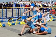 Exercício da rua, aparências modelo do grupo de desportistas nas máscaras em Dnepropetrovsk Imagem de Stock Royalty Free