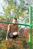 Exercício da rua Exercícios de pescoço do ferro Posse da alavanca do pescoço Fotografia de Stock