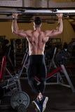 Exercício de Chin-UPS no gym Imagens de Stock Royalty Free
