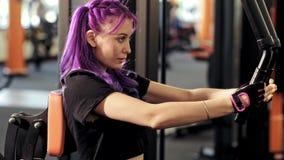 Exercício de formação focalizado forte da mulher do gym do dia do braço filme