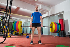 Exercício de levantamento pesado do homem da barra do gym da aptidão de Crossfit imagens de stock