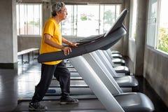 exercício de passeio asiático do homem superior no exercício da escada rolante no gym da aptidão esporte, trainnig, aposentado, m imagens de stock royalty free