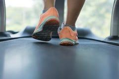 Exercício de passeio humano equipamento corrido da máquina da escada rolante no cardio- foto de stock