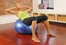 Exercício de Pilates com esfera em casa Foto de Stock