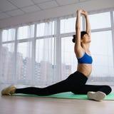 Exercício de Pilates para mulheres fotos de stock royalty free