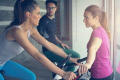 Exercício de sorriso de dois jovens no gym fotografia de stock