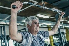 Exercício de trabalho ativo do homem superior no gym Exercício do homem na GY fotos de stock royalty free