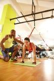 Exercício de TRX com instrutor pessoal Foto de Stock