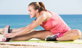 Exercício desportivo alegre da mulher Imagens de Stock