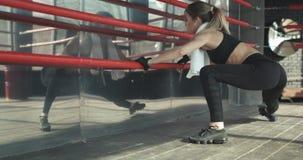 Exercício desportivo da manhã do treinamento da mulher no gym Jovem mulher que faz o exercício do gym no gym Estilo de vida saudá filme