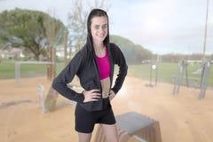 Exercício desportivo da menina da aptidão magro bonita exterior fotos de stock royalty free
