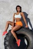 Exercício desportivo da menina com pneu grande Fotos de Stock