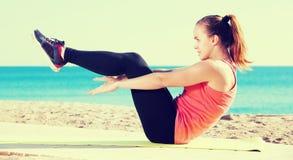 Exercício desportivo novo alegre da mulher Fotos de Stock