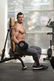 Exercício do bíceps com peso em um fitness center imagem de stock royalty free