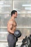 Exercício do bíceps com peso em um Gym foto de stock royalty free