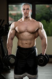 Exercício do bíceps com pesos foto de stock royalty free