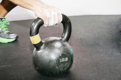 Exercício do crossfit de Kettlebell Fotografia de Stock Royalty Free