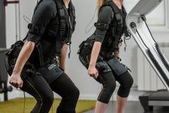Exercício do EMS no gym imagem de stock