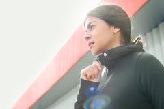 Exercício do exercício ativo da jovem mulher na rua exterior Imagens de Stock Royalty Free